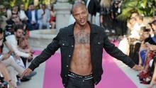 25. Mai 2017  Jeremy Meeks taucht in Cannes auf  Vor einem Jahr saß er noch im Gefängnis, jetzt ist er Millionär und Model: Der Amerikaner Jeremy Meeks hat eine erstaunliche Karriere hingelegt. Ein Polizeifoto machte ihn einst bekannt. Nun gab er in Cannes sein Debüt. Zusammen mit Paris Hilton trat er bei einer Modeshow auf - und zwar oben ohne.