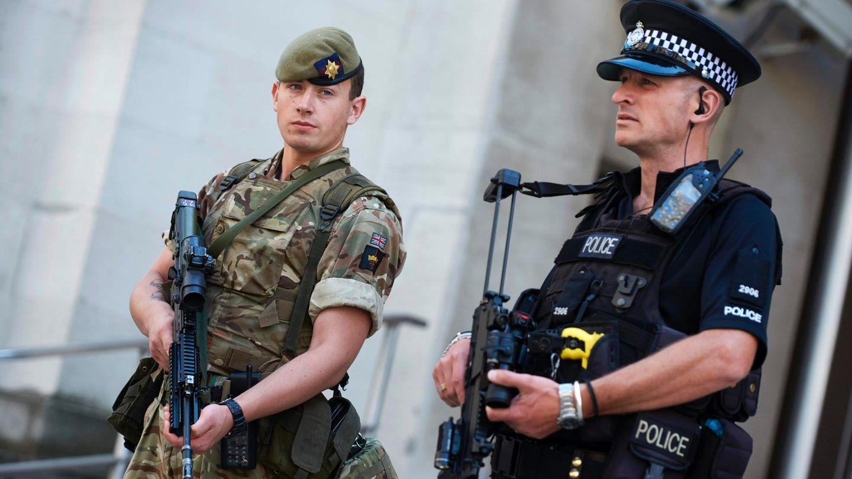 Ein Soldat und ein Polizist vor dem Verteidigungsministerium in London