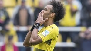 Der BVB-Spieler Pierre-Emerick Aubameyang wirft seinen Fans eine Kusshand zu