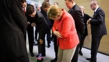 Justin Trudeau führt Angela Merkel seine Socken vor