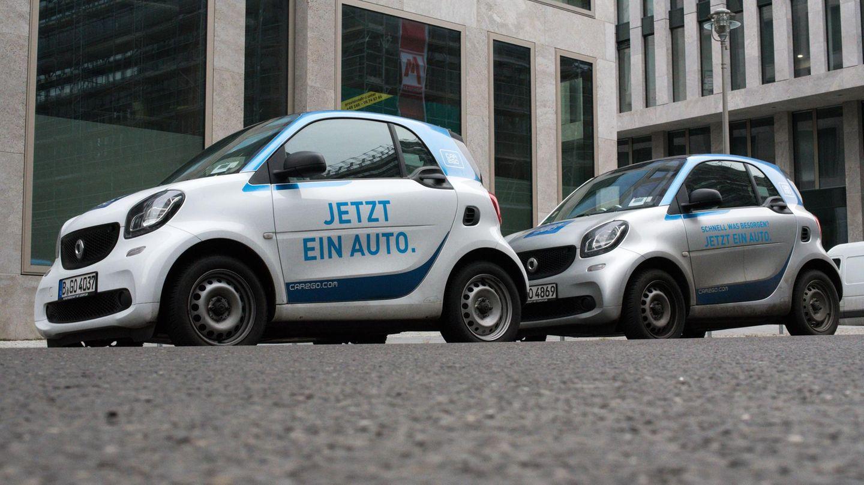 Zwei Car2Go Wagen stehen an einer Straße in Köln. Der Carsharing-Anbieter könnte bald mit Konkurrent DriveNow fusionieren.