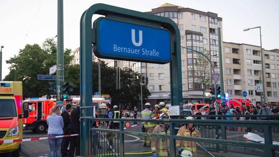 Rettungskräfte und Einsatzfahrzeuge stehen in Berlin am U-Bahnhof Bernauer Straße