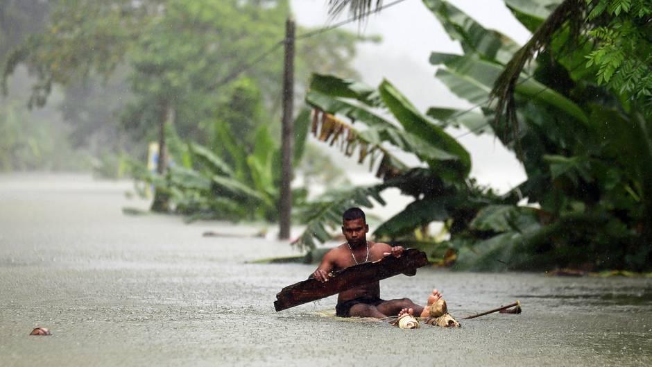 Wehangalla, Sri Lanka. Nach den schweren Unwettern in dem südasiatischen Inselstaat ist die Zahl der Toten auf 100 gestiegen. Tagelange Regenfälle hatten im Zentrum, Süden und Westen des Landes in der Nacht zu Freitag Überschwemmungen und schwere Erdrutsche ausgelöst.