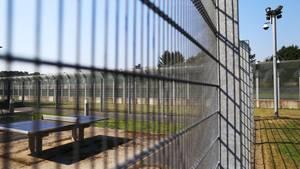 Eine Überwachungskamera vor dem Zaun der forensischen Abteilungen der LVR-Klinik