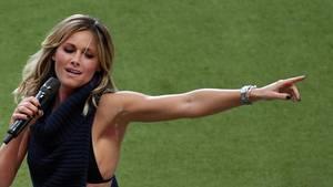 Die Sängerin Helene Fischer streckt während ihres Auftritts beim Finale des DFB-Pokals den linken Arm zur Seite.