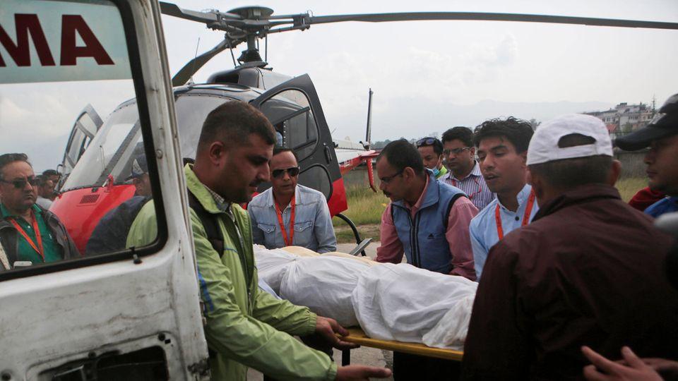 Bei dem Absturz derLet L-410 in Nepal kamen der Pilot und Kopilot ums Leben. Die Flugbegleiterin schwebt nicht mehr in Lebensgefahr.