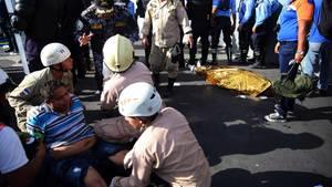 Honduras: Ein verletzter Mann wird verarztet.