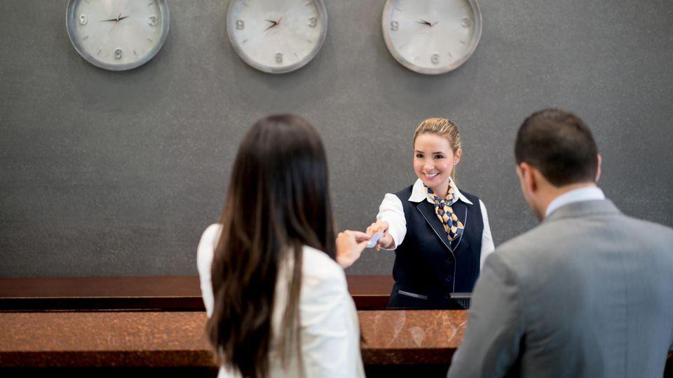 Vergleichsweise unzufrieden sind die Azubis im Bereich Gastronomie und Tourismus. 28 Prozent gaben an, dass sie ihre persönlichen Interessen nicht auf der Arbeit einbringen können - der höchste Wert aller Branchen. Zudem ist die branchenübliche Bezahlung mies: Nur zwei von zehn Befragten können mit ihrem Azubi-Gehalt den Lebensunterhalt alleine finanzieren.
