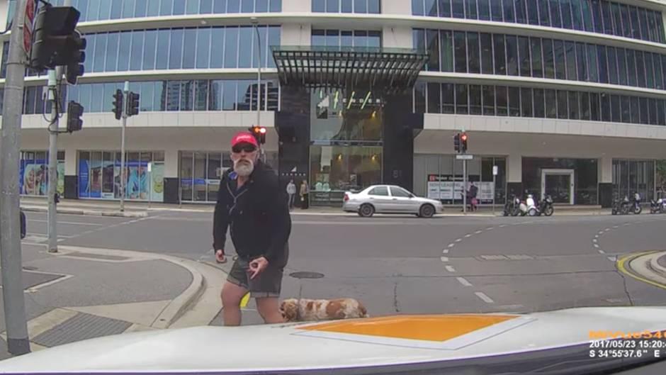 Video wird viraler Hit: Passant pöbelt Autofahrer an - das Schicksal rächt sich sofort