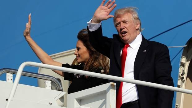 Bye! Donald Trump und Ehefrau Melania verabschieden sich in Sigonella und fliegen wieder nach Hause.
