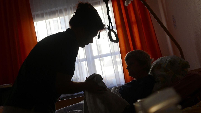 Eine Frau wird in einem Seniorenheim von einer Pflegerin betreut (Symbolbild)