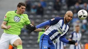 Mario Gomez vom Vfl Wolfsburg und John Anthony Brooks von Hertha BSC im Kampf um den Ball
