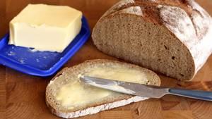 Life Hack: So clever bekommen Sie gefrorene Butter aufs Brot