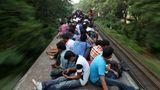 Dhaka in Bangladesch  Diese Fahrgäste haben Glück gehabt: Die meisten haben wenigsten einen Sitz- und keinen Stehplatz auf dem Dach des Zuges erwischt.