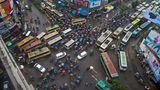 Dhaka in Bangladesch  In der Hauptstadt vonBangladesch sind weniger Privatfahrzeuge, sondern Busse und vor allem Fahrrad-Rikschas mit Pedalkraft unterwegs.