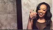 Journalistin Brianna Arps macht ein Selfie vor dem Spiegel