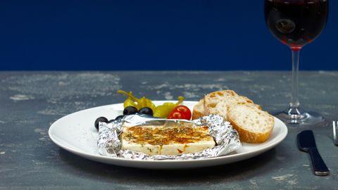 Salate: »Salade à la grecque« mit Schafskäse, Oliven und Fladenbrot