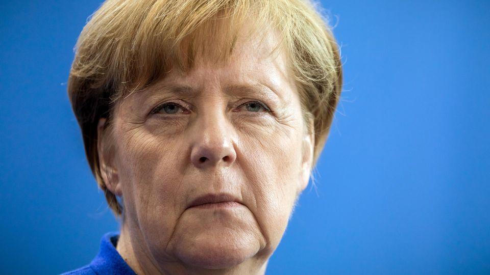 Kanzlerin Angela Merkel schaut skeptisch - Im Wahltrend hat ihre Union leicht verloren