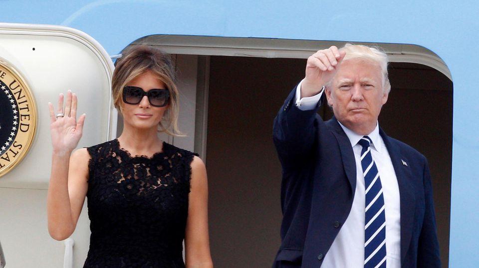 Melania und Donald Trump winken vor ihrem Abflug aus Sizilien Richtung Brüssel von der Gangway der Air Force One