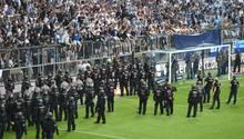 Kriminelle warfen während des Relegationsspiels zwischen 1860 München und Jahn Regensburg Stangen und Sitzschalen