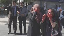 Verletze Frauen nach der Bombenexplosion nahe der deutschen Botschaft