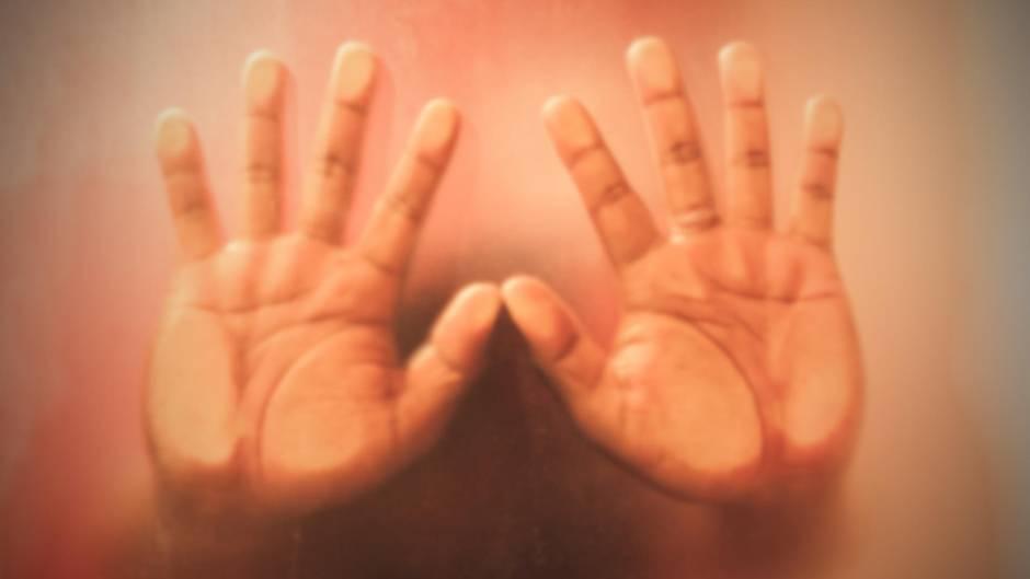 Männerhände als Symbolfoto für eine Vergewaltigung in Südafrika