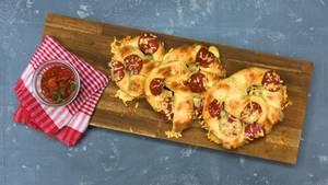Pizza Brezel mit Dip auf Brettchen