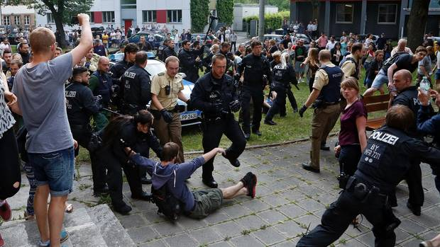 Die Polizei setzte in Nürnberg auch Schlagstöcke und Hunde ein