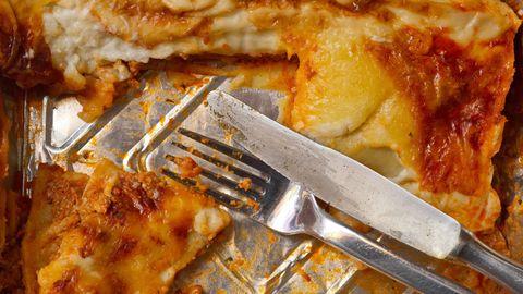 Saure Lebensmittel mit passierten Tomaten lösen Aluminiumionen aus den Schalen