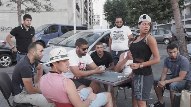 Nichts zu tun: Junge Leute vertreiben sich die Zeit auf der Straße.