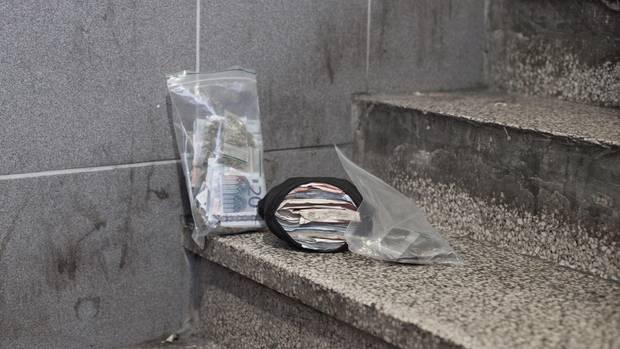 Plastikbeutel voller Geld: die Tageseinnahmen eines Straßendealers