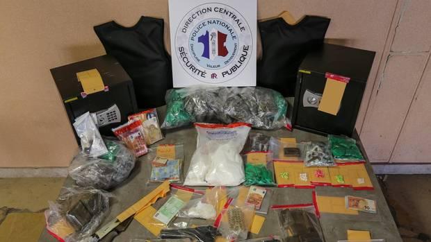 Das konfiszierte Lager eines Drogenclans – unter anderem 1,2 Kilo Kokain.