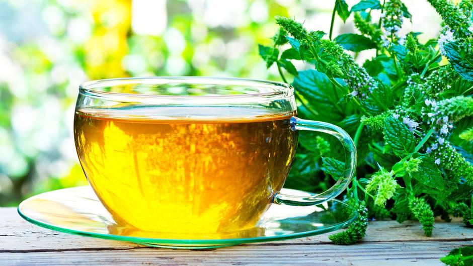 Pfefferminze  Die duftende Pflanze ist ein natürlicher Schmerzhemmer und wirkt entkrampfend. Gegen Regelschmerzen hilft ein Teeaufguss, der mit kochendem Wasser zubereitet werden muss. Den Tee im Anschluss für rund sieben Minuten ziehen lassen.    Das Öl der Pfefferminze wird beispielsweise auch erfolgreich gegen Kopfschmerzen eingesetzt: Zur Behandlung einige Tropfen Pfefferminzöl auf die Fingerspitze träufeln und auf Stirn, Schläfen und Nacken einmassieren. Die Wirkung des Öls ist mit der von Paracetamol vergleichbar.Für Asthmatiker und Kleinkinder ist die Anwendung jedoch nicht geeignet.