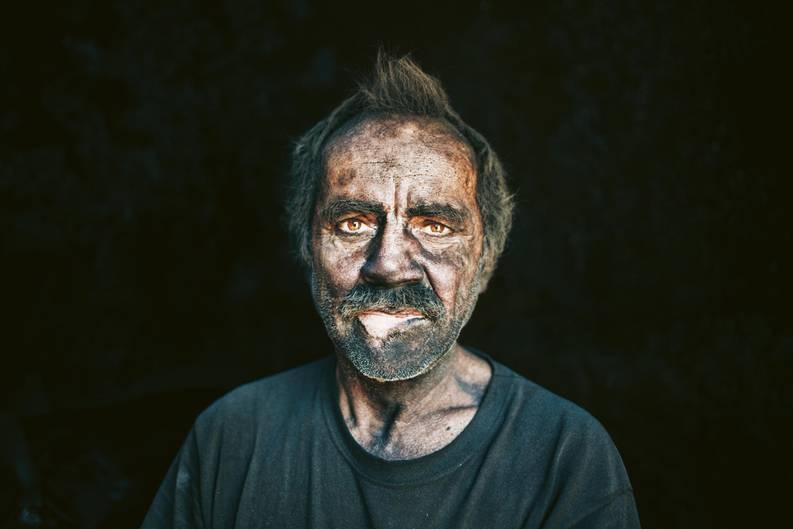Die dunklen Männer wurden oft als Außenseiter beargwöhnt. Seit er Anfang zwanzig ist, arbeitet der 56-jährige Zbyszek als Köhler – einst im Dienste von Polens Stahlindustrie