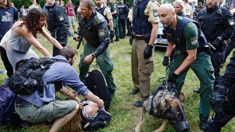 Polizisten gehen mit Schlagstöcken und Hunden gegen Demonstranten vor, die die Abschiebung eines Mitschülers verhindern wollen