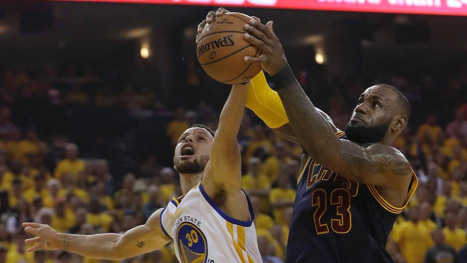 Cleveland Cavaliers-Star LeBron James (r.) kämpft mit Stephen Curry von den Golden State Warriors um den Ball
