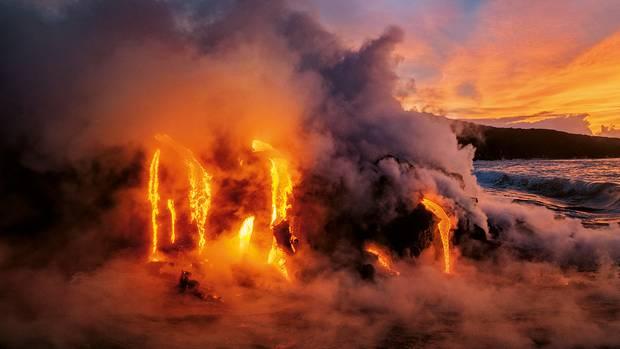 Kampf der Elemente: Als 2016 der Kilauea auf Hawaiis Big Island ausbrach, ergoss sich Lava ins Meer. Ein Teil der heißen Masse floss durch Röhren, die sich bei früheren Eruptionen gebildet hatten. Andere Glutströme bahnten neue Tunnel und vergrößerten das unterirdische Netzwerk.