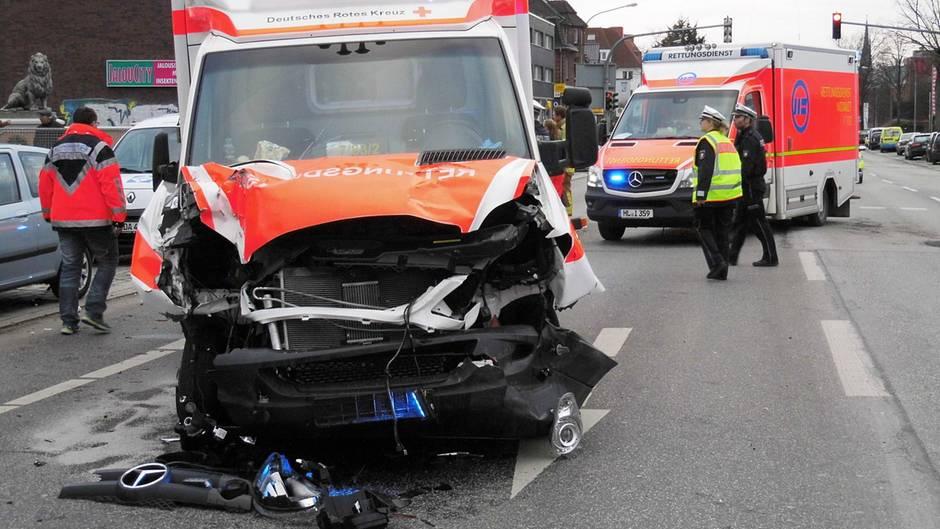 Der zerstörte Rettungswagen nach einem Unfall in Lübeck, bei dem der zwölfjährige Yassin ums Leben kam. Der Fahrer fuhr mit 118 km/h durch die Stadt.