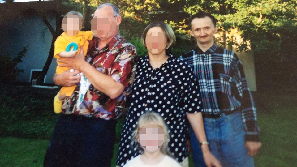 Oleg K. (rechts) mit seiner Familie. Er wurde von einem Notarztwagen überfahren, als er bei grüner Ampel eine Straße überquerte.