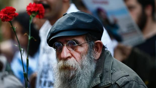 Vierter Jahrestag der Gezi-Proteste: Demonstrant mit Blume
