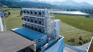 Die Anlage ist modular aufgebaut. Neben dem Aufbau für die Ventilatoren stehen die Container, in denen die Technik aufgebaut wird.
