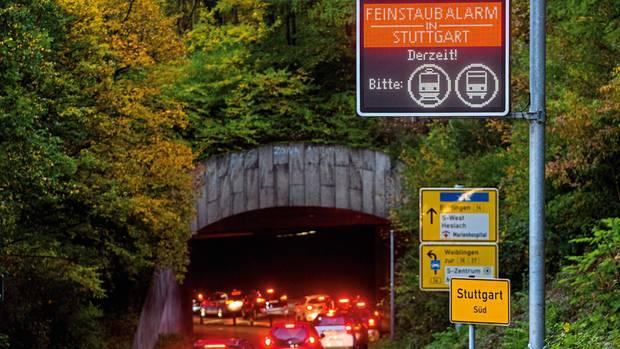 Bereits seit vergangenem Herbst werden Autofahrer auf Leuchttafeln am Stadteingang aufgefordert, bei Feinstaubalarm freiwillig ihr Auto stehen zu lassen und den Bus zu nehmen.