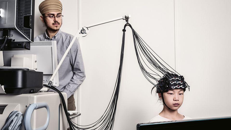 Mithilfe einer sogenannten funktionellen Nahinfrarotspektroskopie wird die Hirnaktivität der neunjährigen Amelia Tong gemessen.