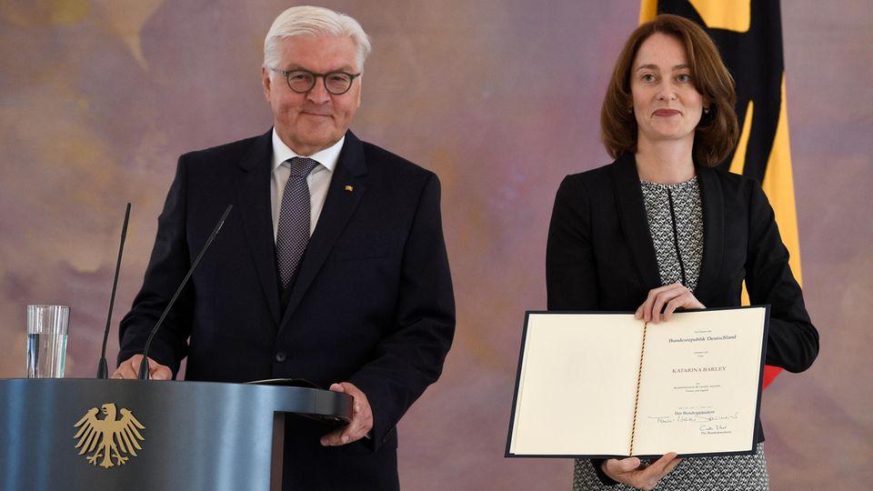 Katarina Barely: Neue Familienministerin leistet Amtseid