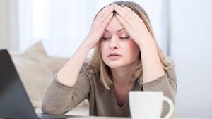 Ein unzufriedene Frau (Symbolbild)
