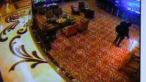 Das auf einer Pressekonferenz am 03.06.2017 von der Polizei in Pasay (Philippinen) vorgespielte Videostandbild zeigt einen bewaffneten Mann beim Legen eines Feuers in einem Casino in Pasay, südlich von Manila.