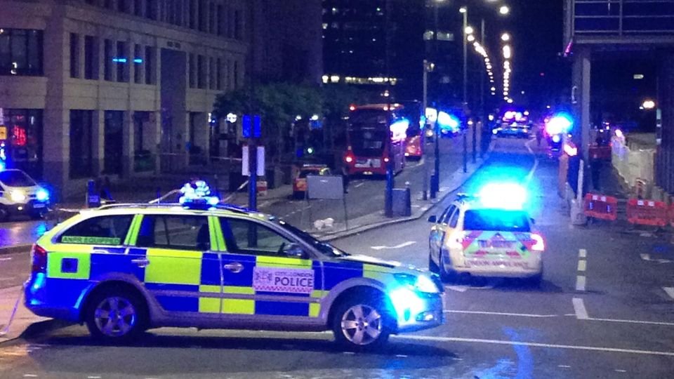 Polizeiwagen sperren die London Bridge ab