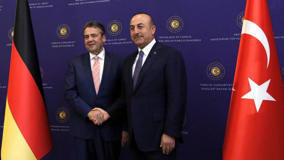Bundesaußenminister Sigmar Gabriel (r.) mit seinem türkischen Amtskollegen Mevlut Cavusoglu