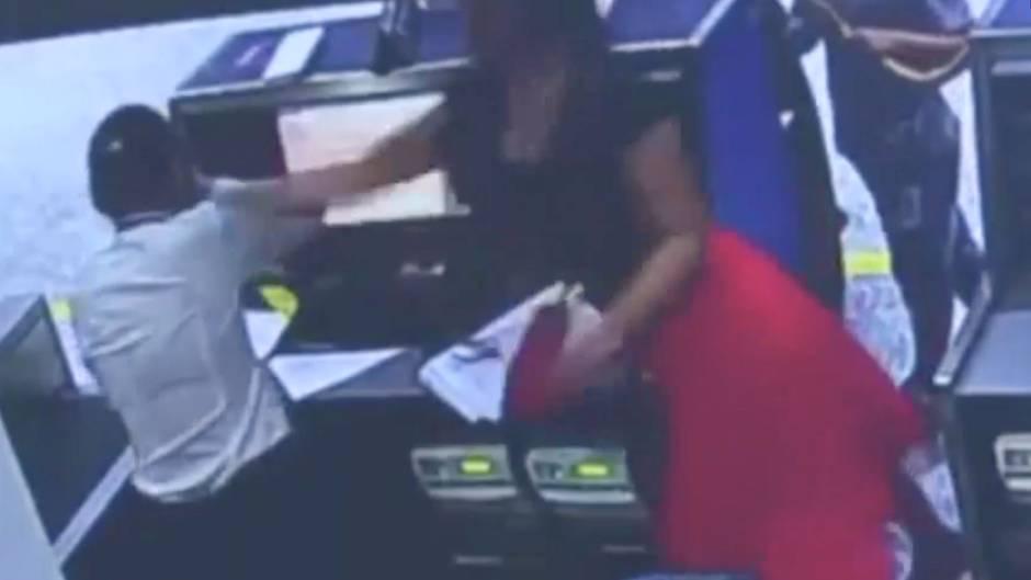 Ausraster am Flughafen: Passagierin schlägt Mitarbeiterin am Check-in-Schalter