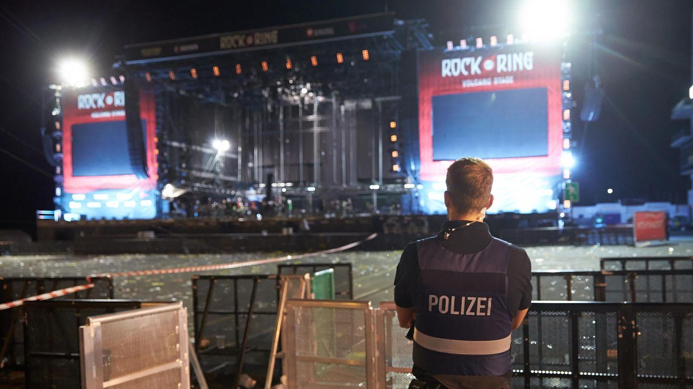 Polizeibeamte durchsuchen nach dem Festivalabbruch wegen Terrorgefahr das Gelände von Rock am Ring